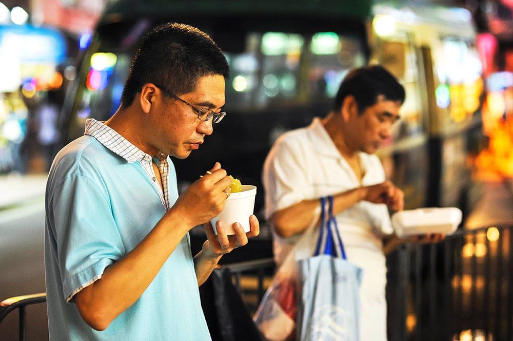 makan di tempat umum
