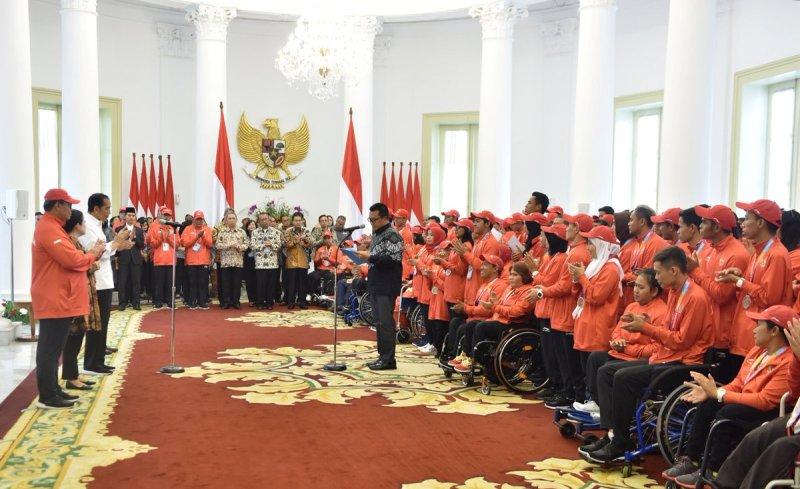 Presiden RI Joko Widodo bersama atlet Para Games 2018