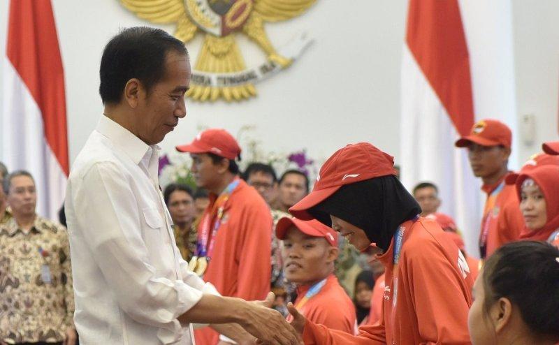 Presiden Jokowi menyerahkan secara simbolis bonus bagi atlet Asian Para Games 2018