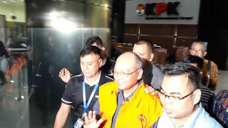Usai diperiksa sebagai tersangka korupsi, Bupati Malang Rendra Kresna langsung dijebloskan ke penjara. (Foto : Arie Dwi Satrio/Okezone)