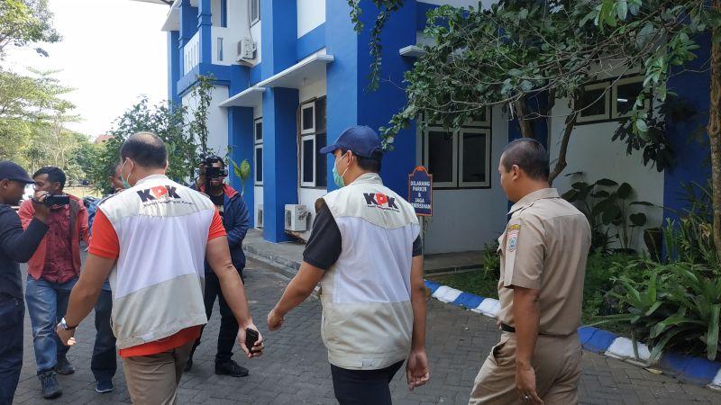 Penyidik KPK Melakukan Pemeriksaan di Kabupaten Malang, Jawa Timur (foto: Avirista M/Okezone)