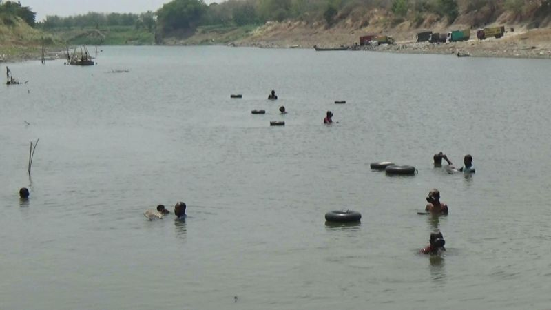 Warga Bojonegoro Berburu Emas di Bantaran Sungai Bengawan Solo (foto: Avirista M/Okezone)