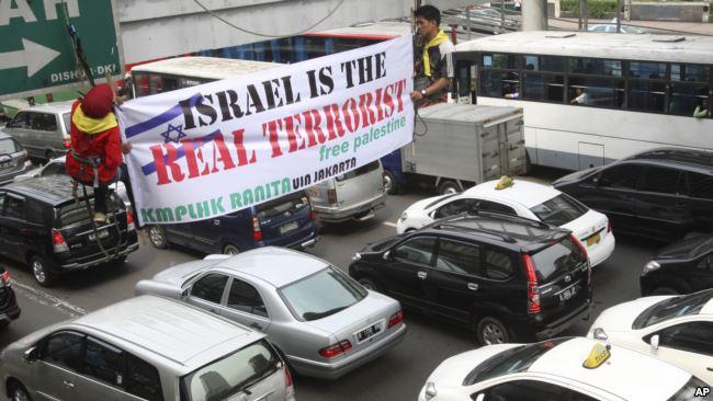 Rakyat Indonesia menentang Israel terkait sikap terhadap Palestina. (Foto: AP)