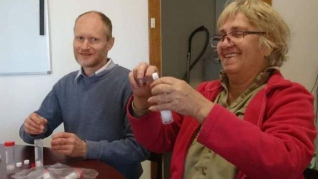 Relawan John Thompson (kiri) dan Kim Lohmann membantu pengawasan semut. (Foto: Berri Barmera Land Care)