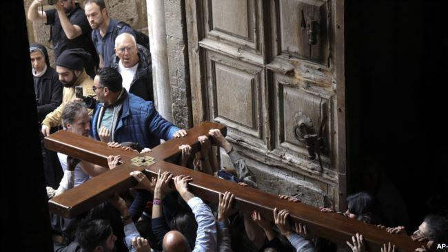 Peziarah nasrani beribadah di Yerusalem. (Foto: AP)