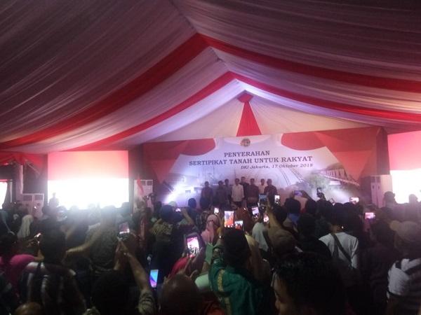 Presiden Jokowi bagikan sertifikat di Marunda, Jakarta utara, Rabu (17/10/2018). (Foto : Fakhrizal Fakhri/Okezone)