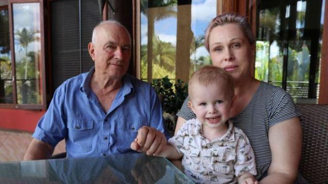 Naish Dobson bersama kakeknya Ron Rutland dan ibunya Amanda seminggu setelah serangan itu. (Foto: Sharnie Kim/ABC News)