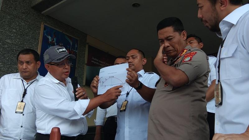 Kepala Bidang Balistik Metalurgi Forensik Pusat Laboratorium Forensik Mabes Polri, Kombes Ulung Kanjaya menerangkan hasil uji balistik terhadap peluru yang ditemukan di ruang kerja DPR (Badriyanto)