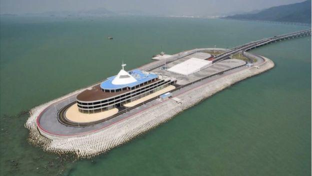 Blok beton seperti ini dibuat untuk menahan gelombang laut. (HZMB.org)