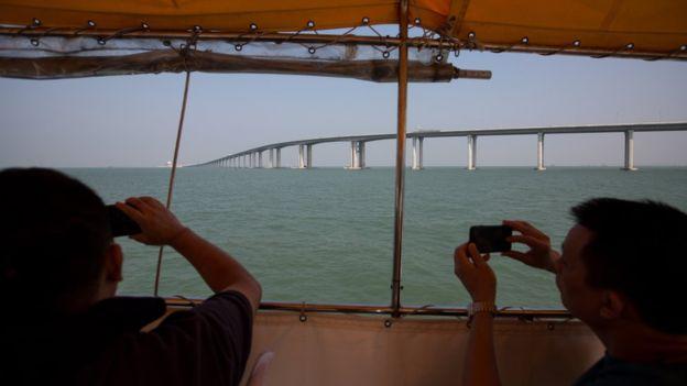 Jembatan diharapkan bisa meningkatkan pertumbuhan pariwisata di kawasan. (EPA)