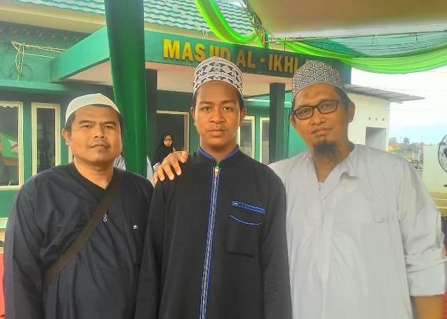 Abdullah bersama para pembimbingnya. (Foto: Azhari Sultan/Okezone)