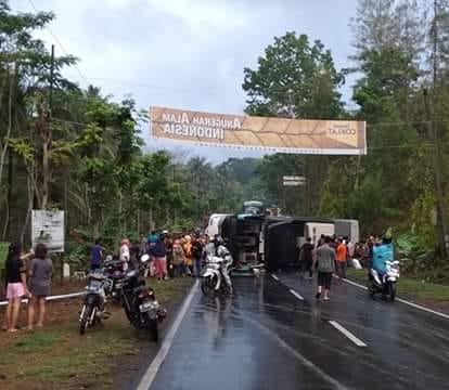 Bus pariwisata terguling di Jalur Emplak, Kecamatan Kalipucang, Kabupaten Pangandaran, Jawa Barat. (Foto : Syamsul Maarif/Okezone)