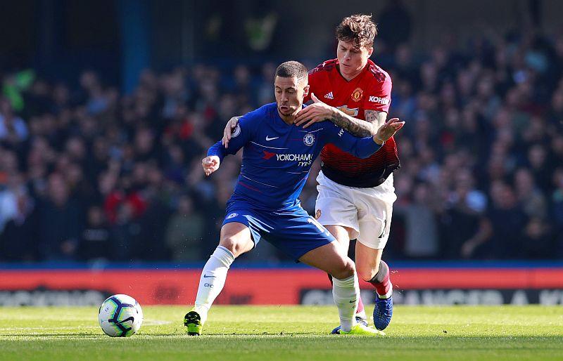 Eden Hazard vs Victor Lindelof (Foto: Reuters)