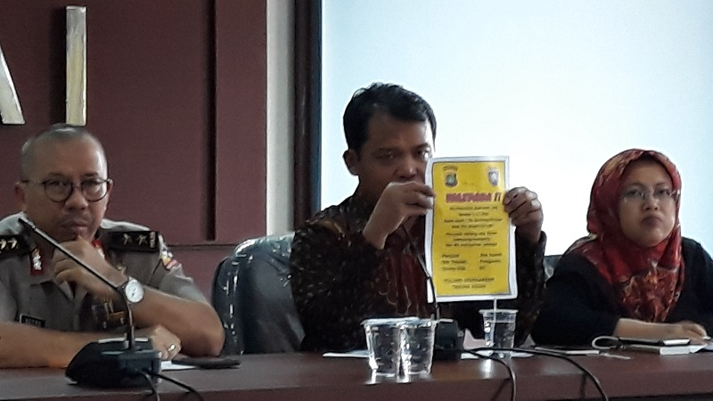 Ketua KPAI, Susanto (tengah) dan Kadiv Humas Mabes Polri Irjen Setyo Wasisto (kiri) konfeensi pers soal hoaks penculikan anak di kantor KPAI. (Foto : Bayu Septianto/Okezone)