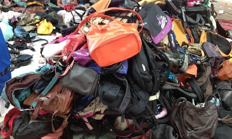 Di Pasar Poncol kamu bisa mendapatkan tas dengan harga yang juga murah dan  beragam aksesori vintage yang kece! b7e1805a3e