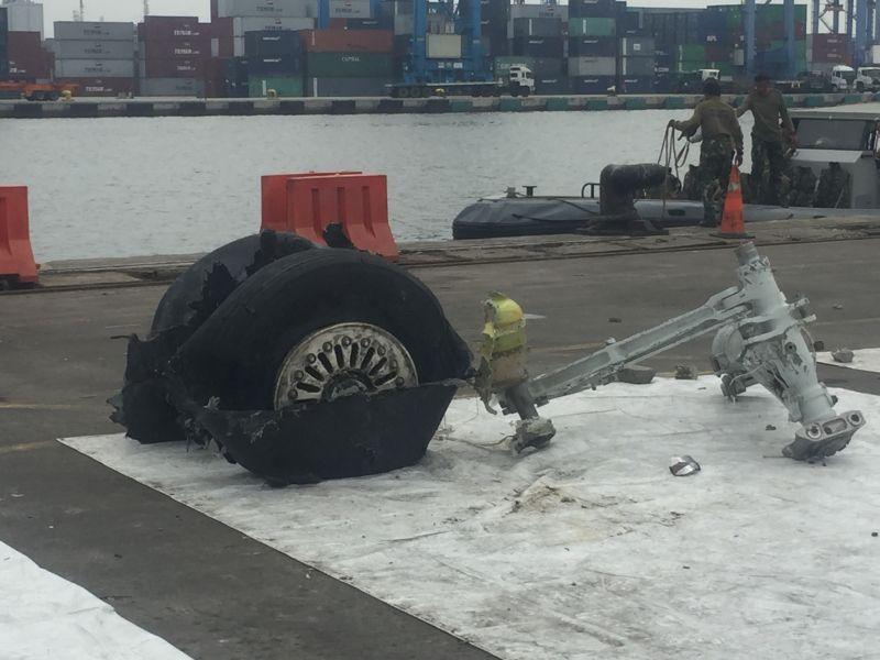 Kondisi Ban Pesawat Lion Air JT-610 yang Baru Saja Ditemukan dan Dibawa ke JICT 2 Pelabuhan Tanjung Priok, Jakarta (foto: Harits/Okezone)