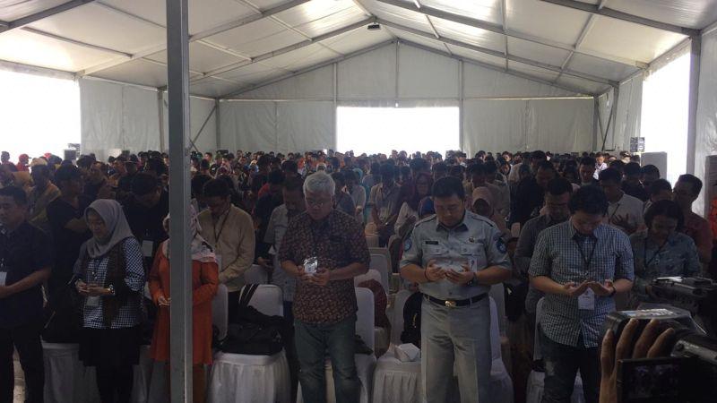 Isak Tangin Keluarga dan Rekan Korban Lion Air Menangis saat Doa Bersama (foto: Harits/Okezone)