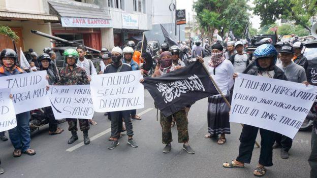 Demo memprotes pembakaran bendera. (Fajar Sodiq)