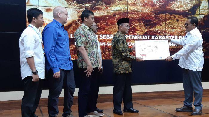 Penyerahan replika gambar cadas di gua Kalimantan kepada Menteri Pendidikan RI (8/11/2018) (ABC, Nurina Savitri)