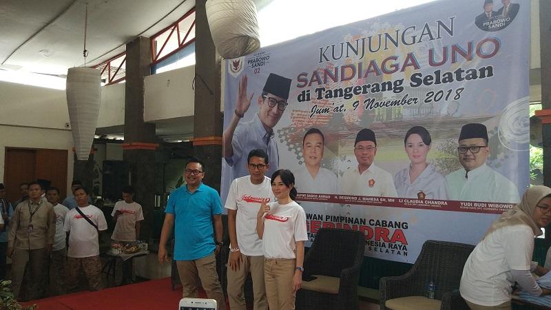 Calon wakil presiden nomor urut 02, Sandiaga Salahudin Uno, saat mengunjungi pasar BSD tradisional dan basis pendukungnya di wilayah Kota Tangsel, Jumat (9/11/2018). (Hambali/Okezone)