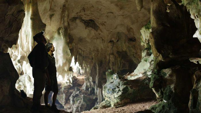 Maxime Aubert dan Pindi Setiawan di dalam gua tempat ditemukannya gambar cadas banteng
