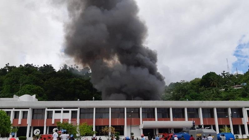 Gedung Sasana Krida di Kompleks Kantor Gubernur Papua terbakar. (Foto : Chanry Andrew S)