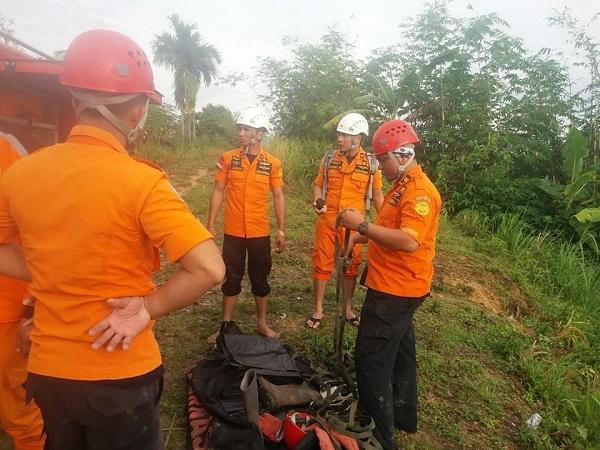 Tim SAR bersiap mencari korban longsor di Nias Selatan. (Foto : Robert Fernando H Siregar/Okezone)