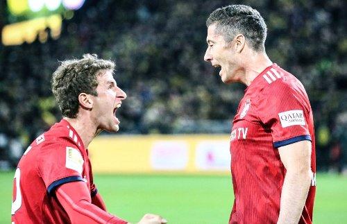 Robert Lewandowski merayakan gol bersama Thomas Muller