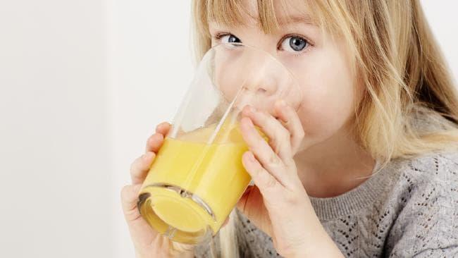 anak minum jus