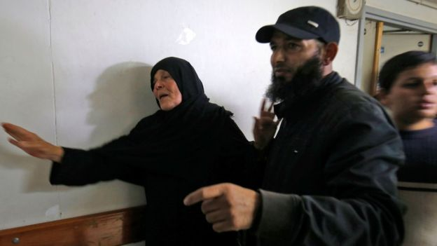Ibunda komandan Hamas, Nur Barakeh, datang ke kamar jenazah tempat persemayaman mendiang anaknya. (AFP)