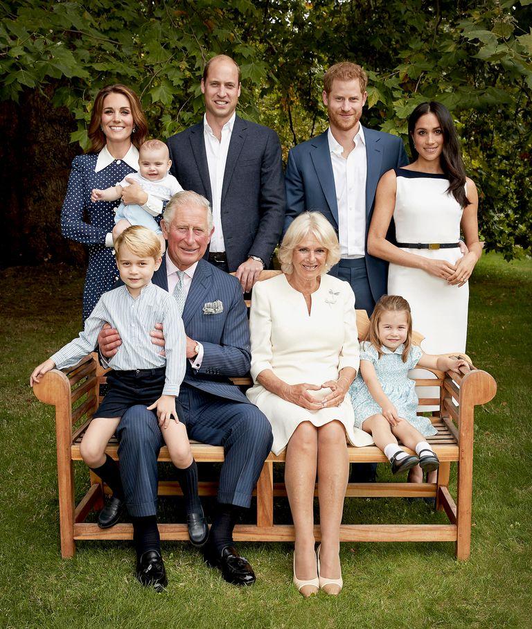 Pose Foto Keluarga Ulang Tahun Pangeran Charles Tiru Foto