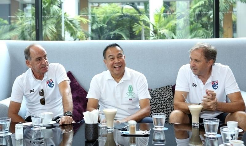 Presiden Asosiasi Sepakbola Thailand Somyot Poomphanmuang (tengah)