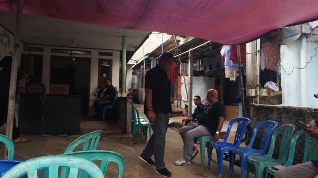 Suasana Rumah Duka Tersangka Kasus Dugaan Curanmor yang Meninggal di Ruang Penyidikan di Depok (foto: Wahyu M/Okezone)