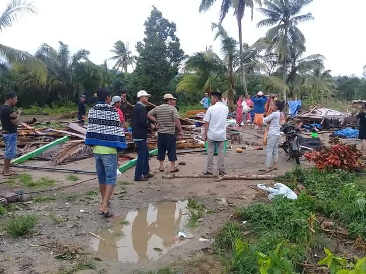 Puluhan rumah di Luwu Utara rusak akibat diterjang angin puting beliung. (Foto : Jufri Tonapa/Okezone)