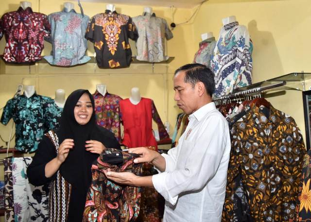 Jokowi borong batik Pekalongan