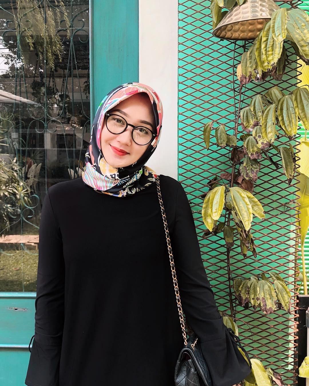 9 Gaya Hijab Dian Pelangi yang Bisa Ditiru Buat Sehari-hari