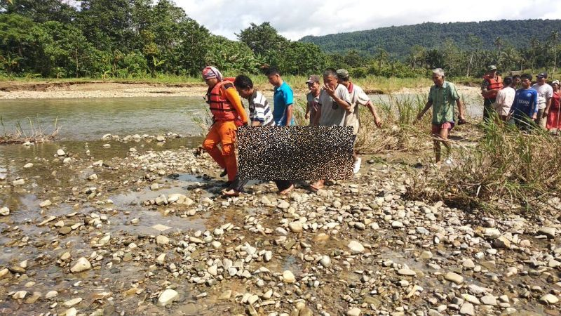 Korban Hanyut di sungai nias (Robert Siregar/Okezone)