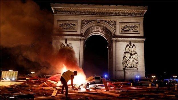 Hingga Sabtu petang kemarin, kobaran api masih terlihat di beberapa sudut kawasan Champs-Élysées. (Reuters)