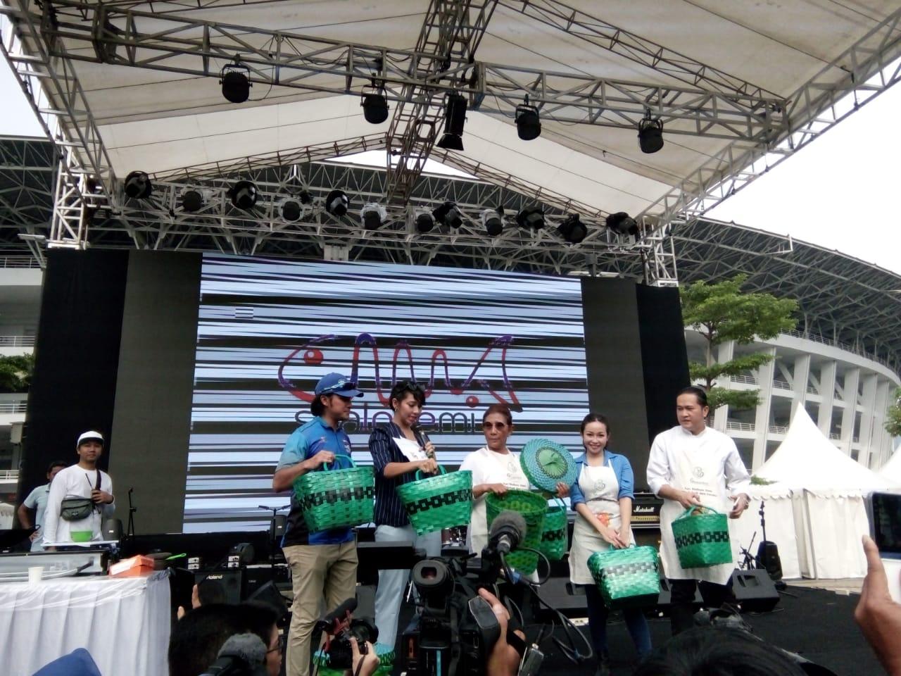 Selain itu, Susi juga mengajak masyarakat Indonesia agar mengurangi pemakaian plastik.