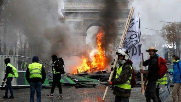 Sebagian pengunjuk rasa di Paris meneriakkan slogan antipemerintah dan mendesak Presiden Macron turun jabatan. (AFP)