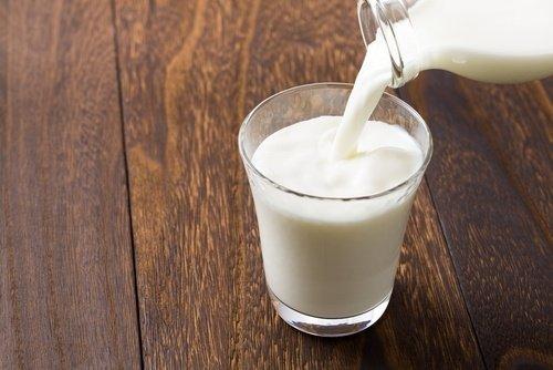 Asam laktat yang terkandung dalam susu dapat membantu mencerahkan kulit.