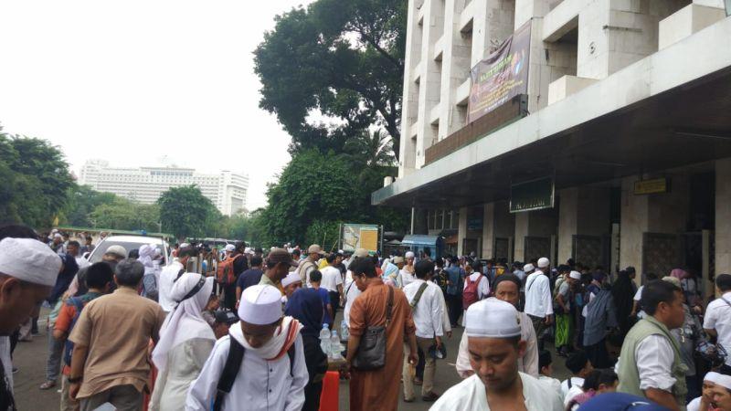 Peserta Aksi Reuni 212 Banjiri Masjid Istiqlal, Jakarta (foto: Hambali/Okezone)