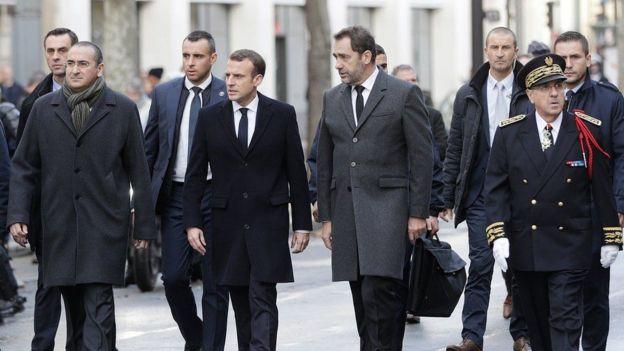 Presiden Macron meninjau langsung kerusakan akibat kerusuhan di Paris sepulang dari Argentina pada Minggu (2/12/2018). (AFP)
