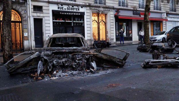 Kementerian Dalam Negeri mengatakan hampir 190 titik api berhasil dipadamkan dan enam gedung dibakar oleh massa. (AFP/Getty Images)