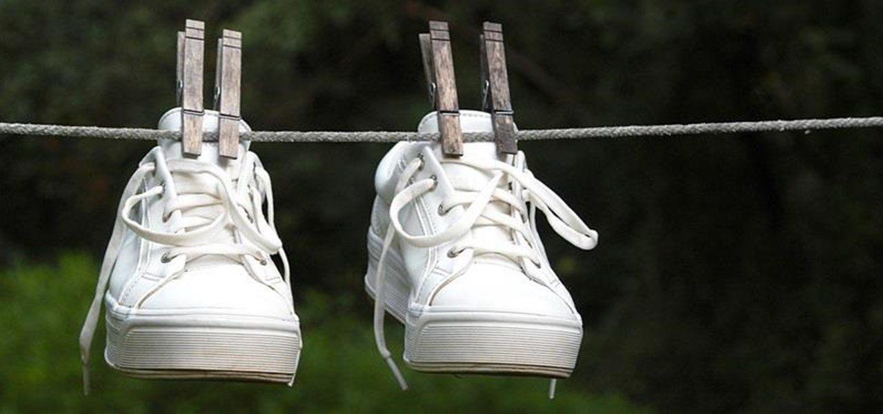menjemur sepatu