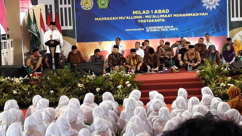 Presiden Joko Widodo (Jokowi) menghadiri peringatan Milad Satu Abad Muallimin-Muallimat Muhammadiyah, di Yogyakarta (foto: Kuntadi/Okezone)