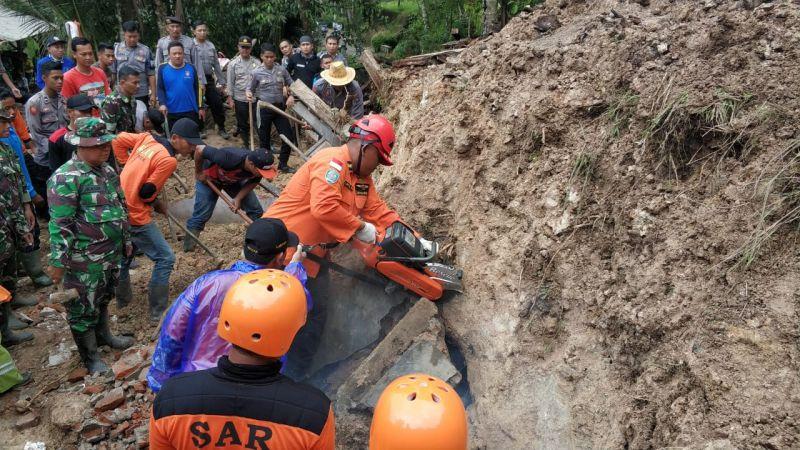 Evakuasi Korban Longsor di Kabupaten Pacitan, Jatim (BPBD Pacitan)