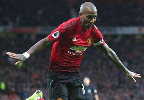 Ashley Young membuka keunggulan Man United.