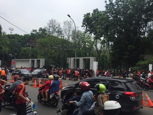 Kawasan SUGBK mulai dibanjiri penonton jelang laga Persija vs Mitra Kukar. (Foto : Harits Tryan Akhmad/Okezone)