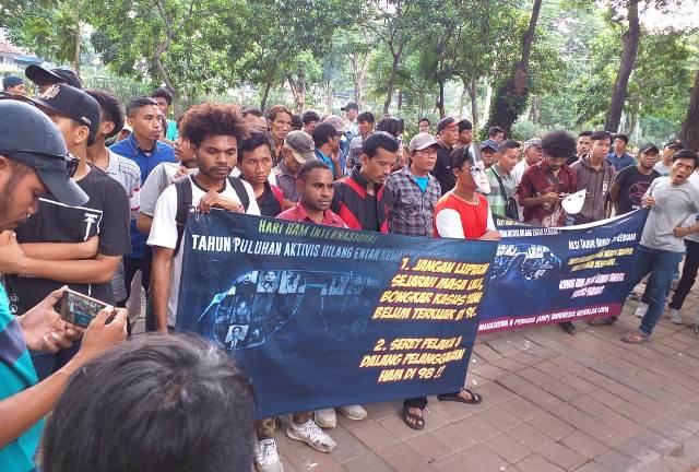 Aksi tabur bunga di depan kantor Komnas HAM